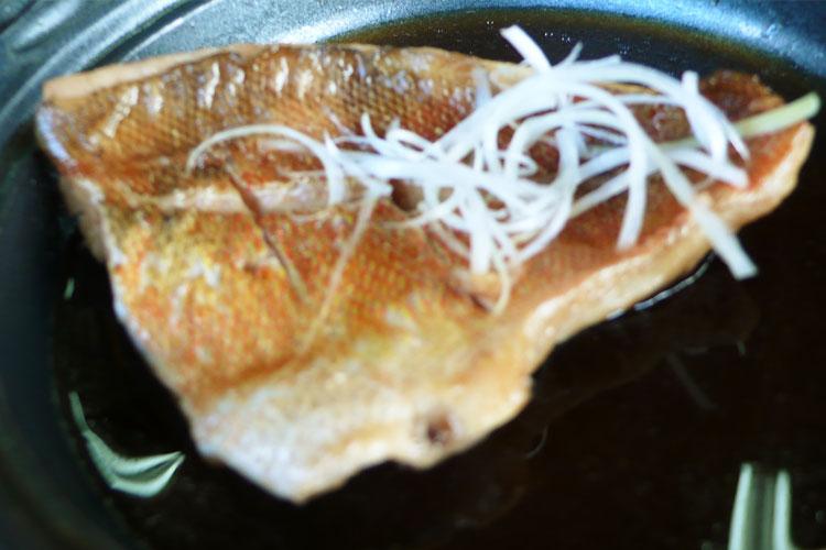 中泊メバルの刺身と煮付け膳 メバルの熱々煮付け