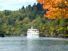 秋の十和田湖 遊覧船