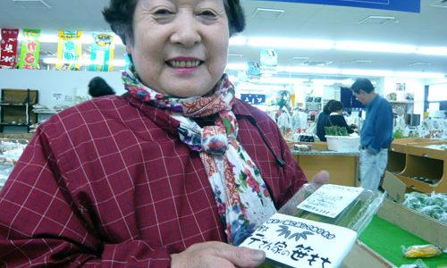 農産物直売所「あじ・彩・感」(海の駅「わんど」内)笹餅を加工している佐藤さん
