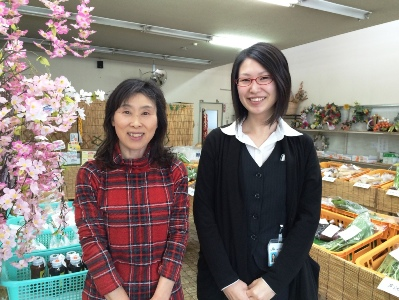JA十和田おいらせ直売の会(ひまわり)十和田湖支部 代表の小川さん(左)とスタッフの妻神さん