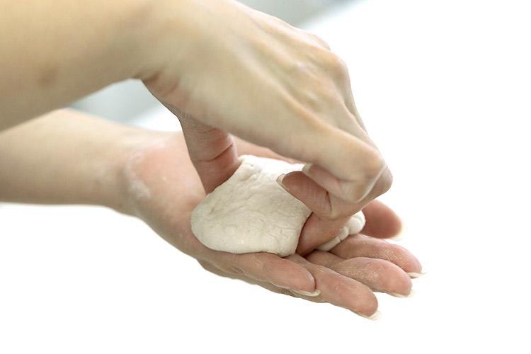 親指、人差し指、中指で三角に押して形をつくります。